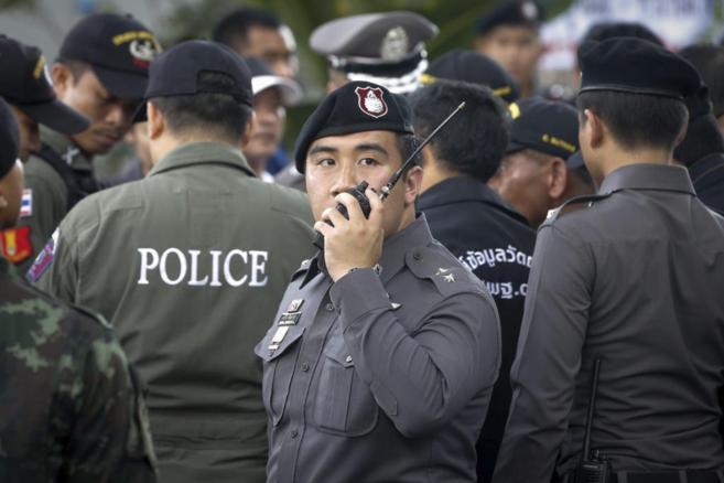 Policías tailandeses, cerca del embarcadero de Bangkok donde explotó...
