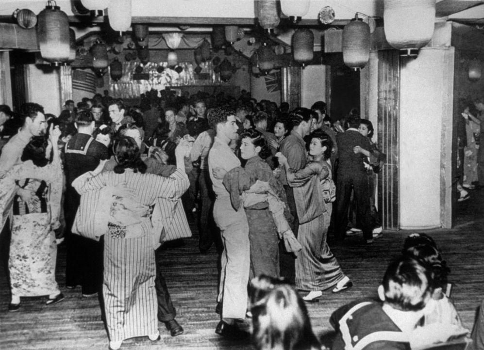 Soldados de EEUU bailan en el club nocturno de Tokio, Oasis del Ginza,...