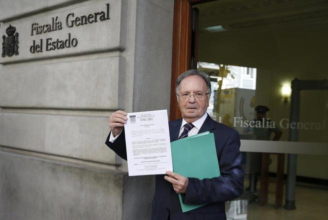 El secretario general del sindicato Manos Limpias presentando otra...
