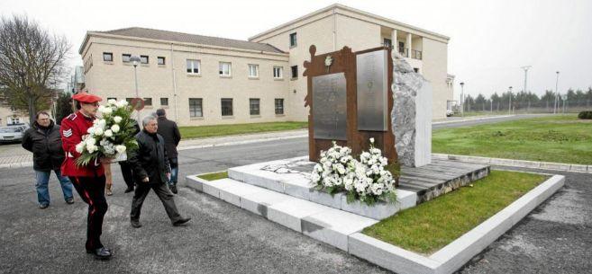 Un homenaje en el monolito de la academia de la Ertzaintza de Arkaute...