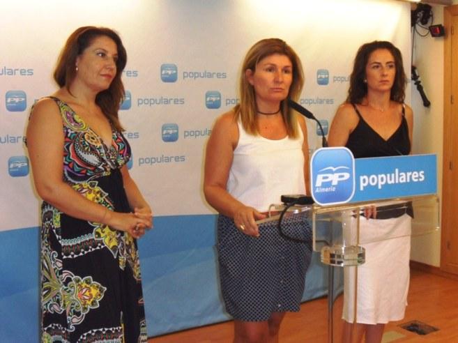 Rosalía Martín -centro- con Carmen Crespo y Aránzazu Martín, esta...