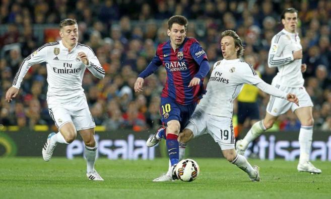 Messi escapa de Modric y Kroos, en un clásico de la pasada temporada.