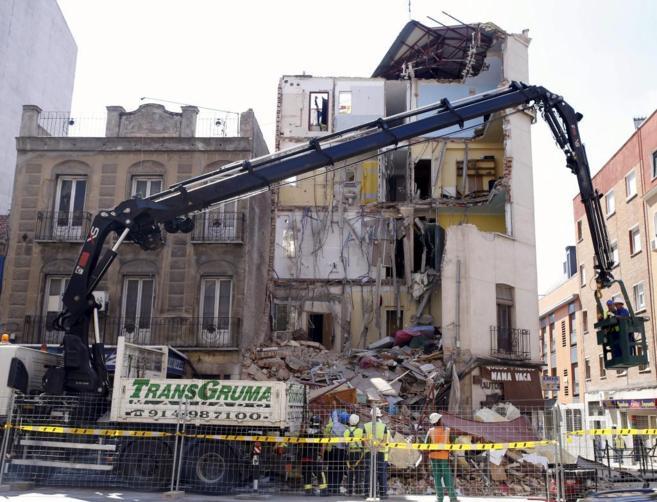 Un grupo de operarios demuele el edificio de Tetuán desalojado por...