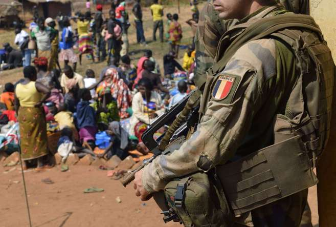 Un soldado francés durante la misión de paz de la ONU en Boali,...