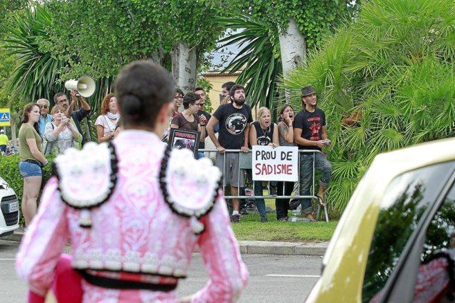 Un torero frente a la protesta de antitaurinos celebrada el pasado...