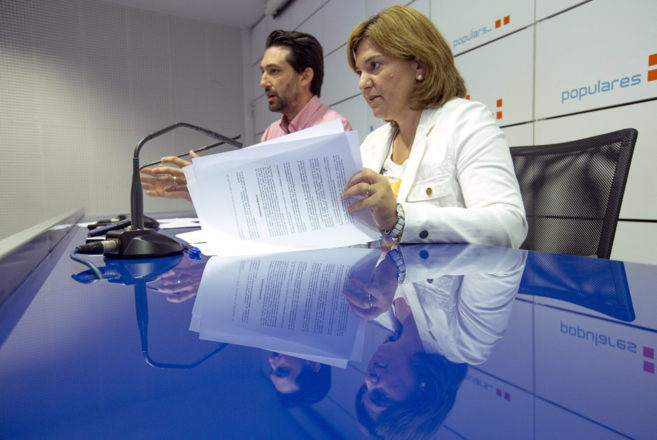 La presidenta del PP valenciano, Isabel Bonig, junto al presidente...