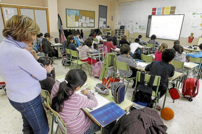 Una maestra en una clase de Primaria en un colegio público de...