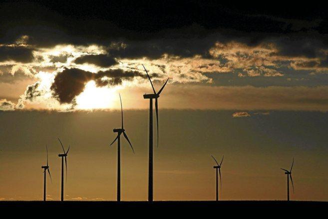 Un grupo de aerogeneradores opera en uno de los parques eólicos...