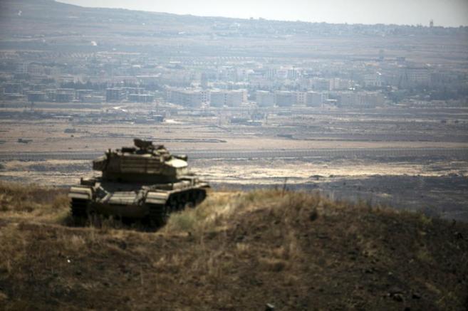 Un tanque israelí sobre una de las montañas en la frontera entre...