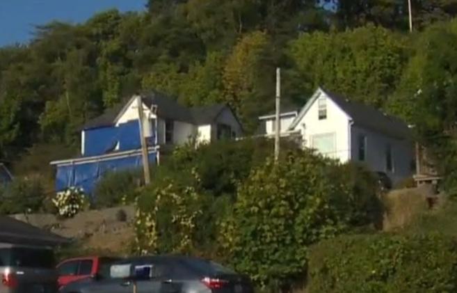 Imagen de la famosa casa de los Goonies cubierta por lonas azules.