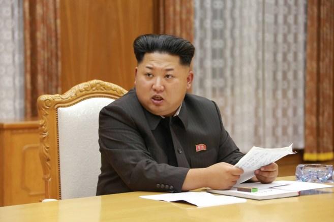 Kim Jong-un durante una reunión de emergencia con el Comité Central...