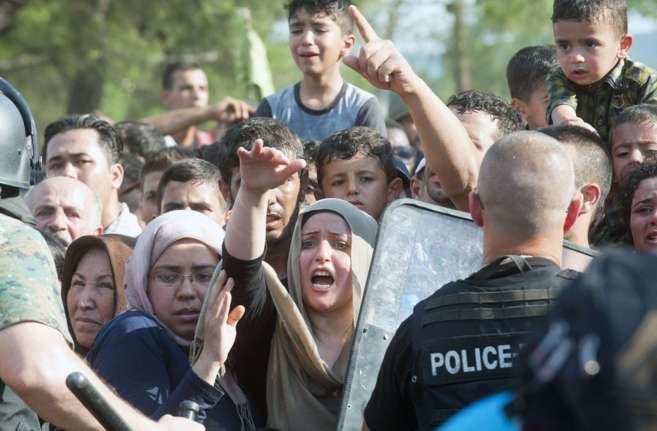 La policía trata de impedir la entrada de refugiados por la frontera...