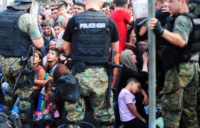 La Policía de Macedonia en la frontera con Grecia frente a miles de...