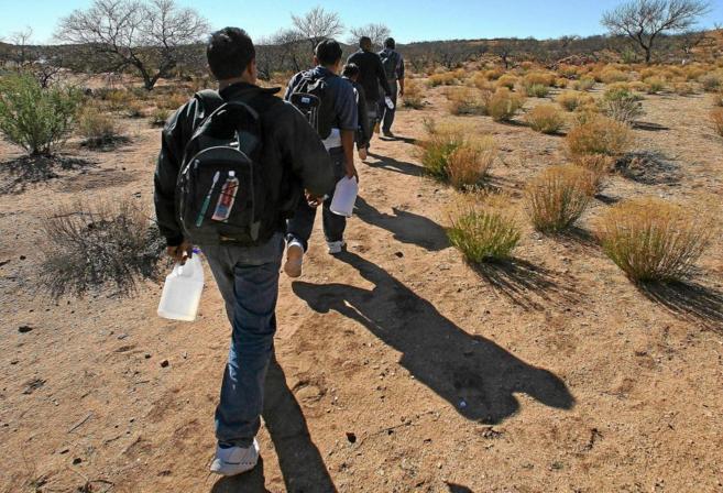Un grupo de inmigrantes mexicanos cruzan el desierto de Arizona en...