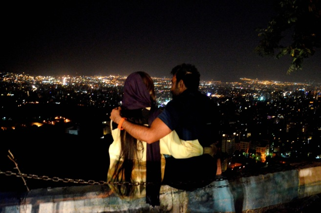 Pareja iraní abrazada en el monte Velenjak, una colina al norte de...