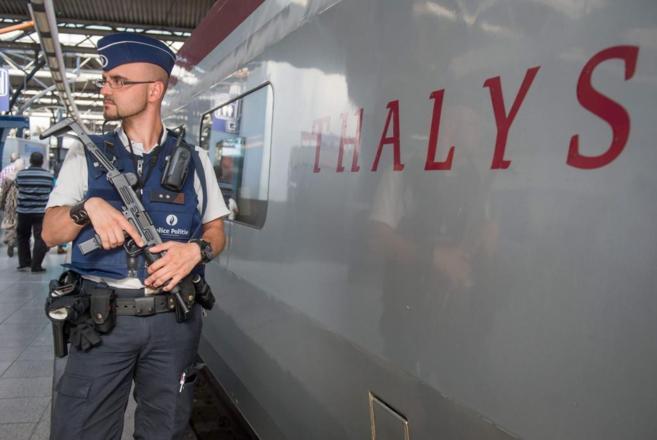 Oficiales de policía patrullan los andenes junto a un tren Thalys.