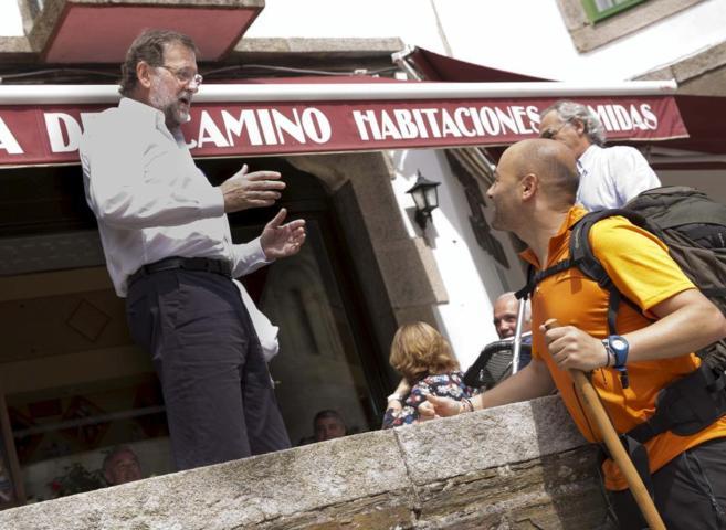 El presidente del Gobierno, Mariano Rajoy, charla, ayer, con un...