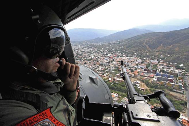 Un militar4 venezolano vigila desde el aire la frontera con Colombia.