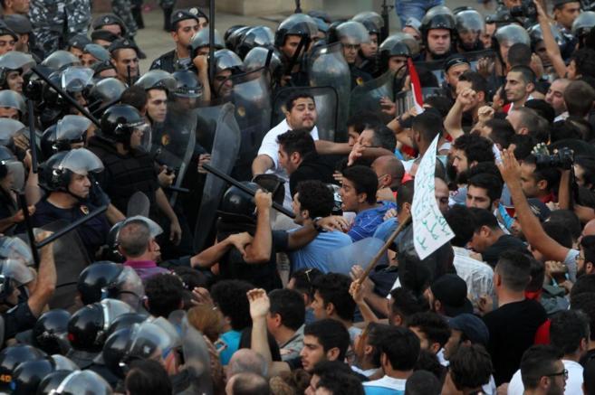 Choque violento entre policía y manifestantes, el sábado en Beirut.