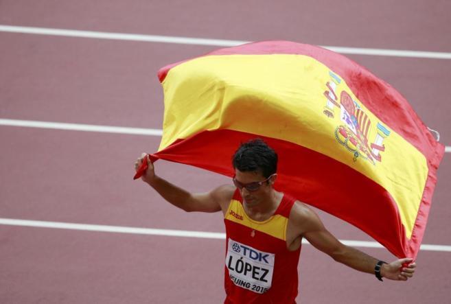 Miguel Ángel López entró en la meta con la bandera de españa.