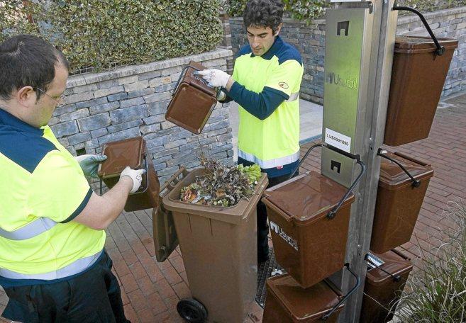 Recogida de basura en Usurbil (Guipúzcoa)con el puerta a puerta.