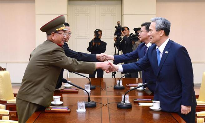 El número dos de Corea del Norte, Hwang Pyong-so y el ministro de...
