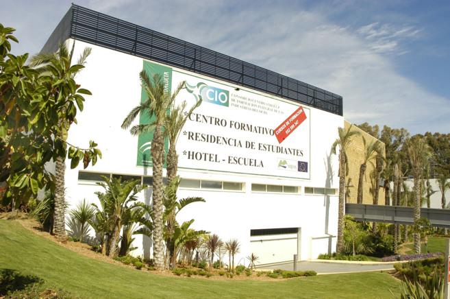 Una de las fachadas del consorcio escuela de Mijas, con centro...