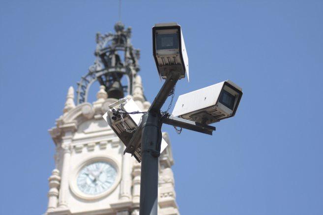 Una cámara graba la calle junto al Ayuntamiento de Valencia.