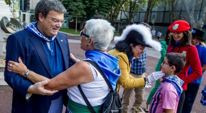 Aburto conversa con una bilbaína mientras la pregonera Gurutze Beitia...