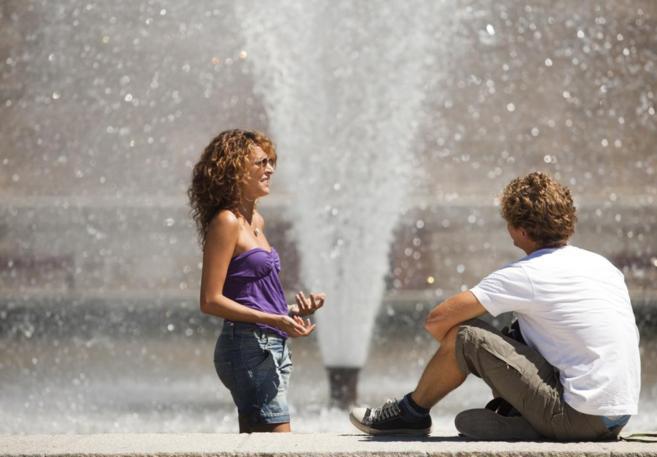 Dos turistas italianos contemplan una fuente junto al Templo de Debod.