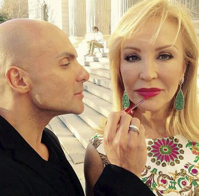 Deibis y Carmen Lomana, durante un maquillaje.
