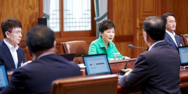 La presidenta surcoreana, Park Geun-hye, durante una reunión en la...