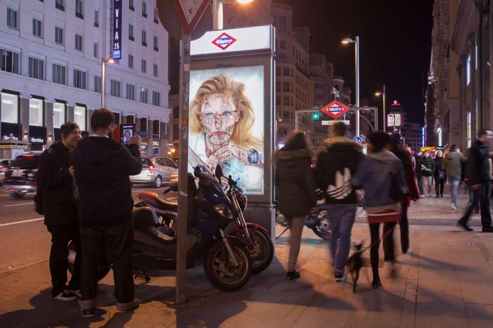 Uno de los anuncios tuneados por el artista callejero Vermibus en la...