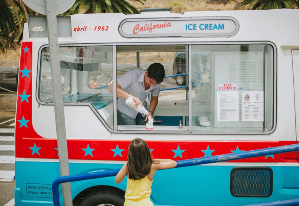 El periodista de EL MUNDO pone sirope a un vasito de helado durante su...