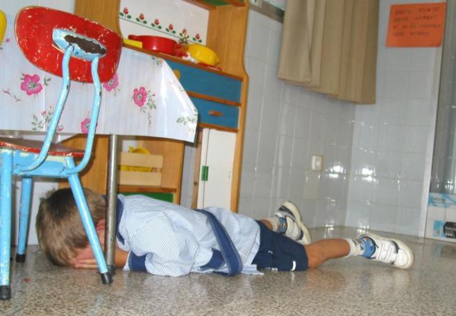 Un niño llora en el suelo.