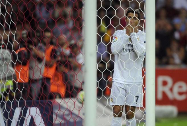 Ronaldo se lamenta de una ocasión fallada en El Molinón.