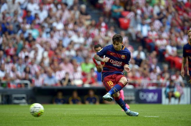 Lionel Messi lanza un penalti en el partido de Liga frente al Athletic...
