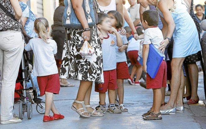 Niños y padres a la salida de un colegio de Valencia.