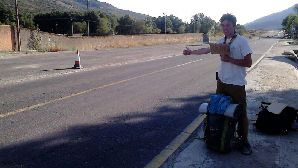 """Beto esperando en una salida de autopista, """"el mejor sitio para..."""