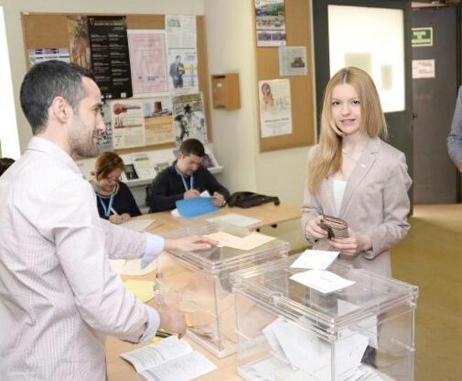Inma Sequí, candidata de Vox en Cuenca, depositando su voto en las...