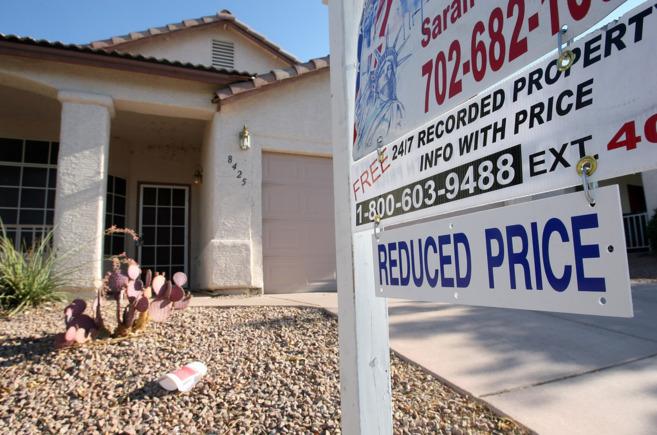 Cartel de una agencia inmobiliaria que anuncia la venta de una casa en...