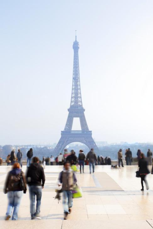 Numerosos tristas alrededor de la Torre Eiffel de París