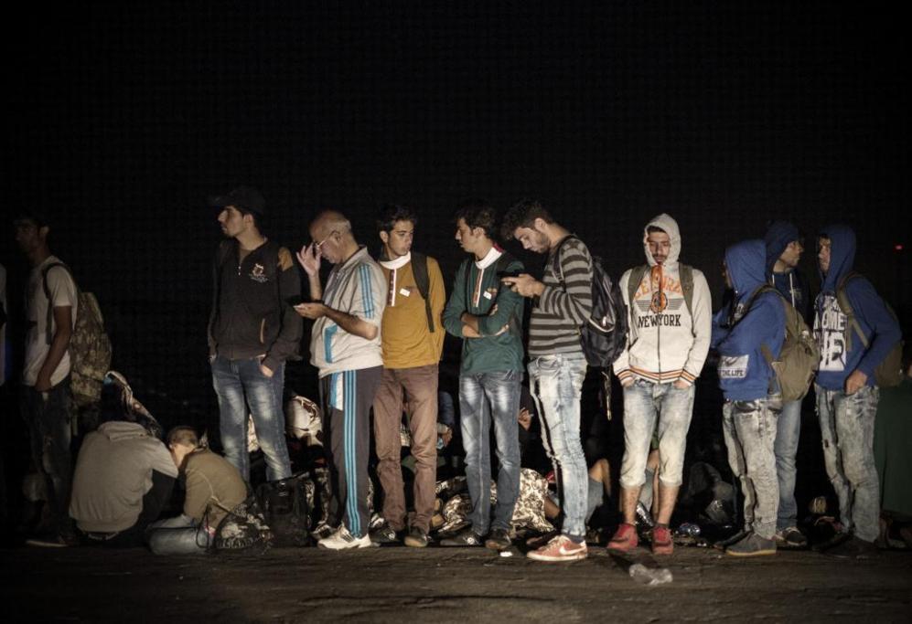 Cientos de sirios hacen fila en mitad de la noche para cruzar la...