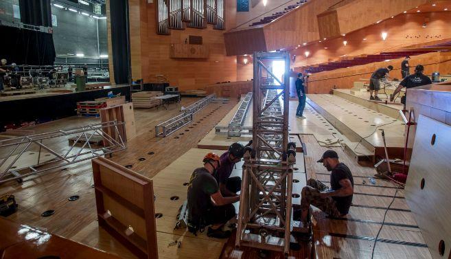 Operarios transformando el patio de butacas del Euskalduna en un...