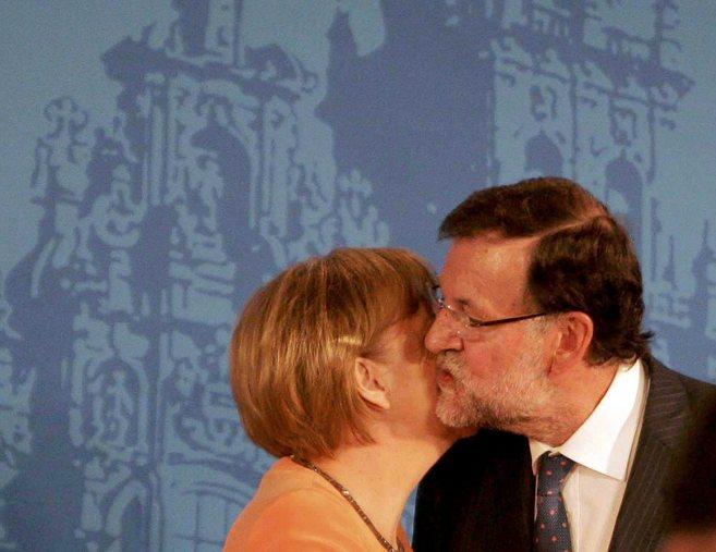Mariano Rajoy saluda a la canciller alemana, Angela Merkel, en...