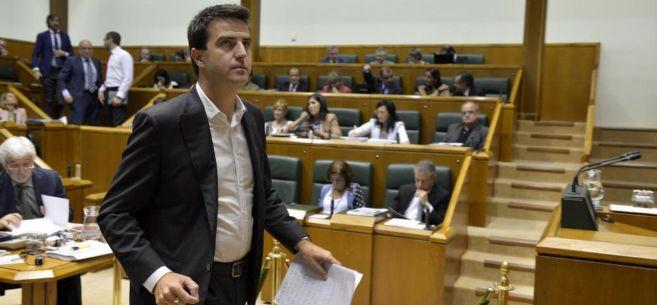 Maneiro durante un pleno del Parlamento Vasco