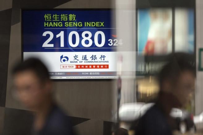 Una pantalla muestra datos del índice Hang Seng en Hong Kong (China)