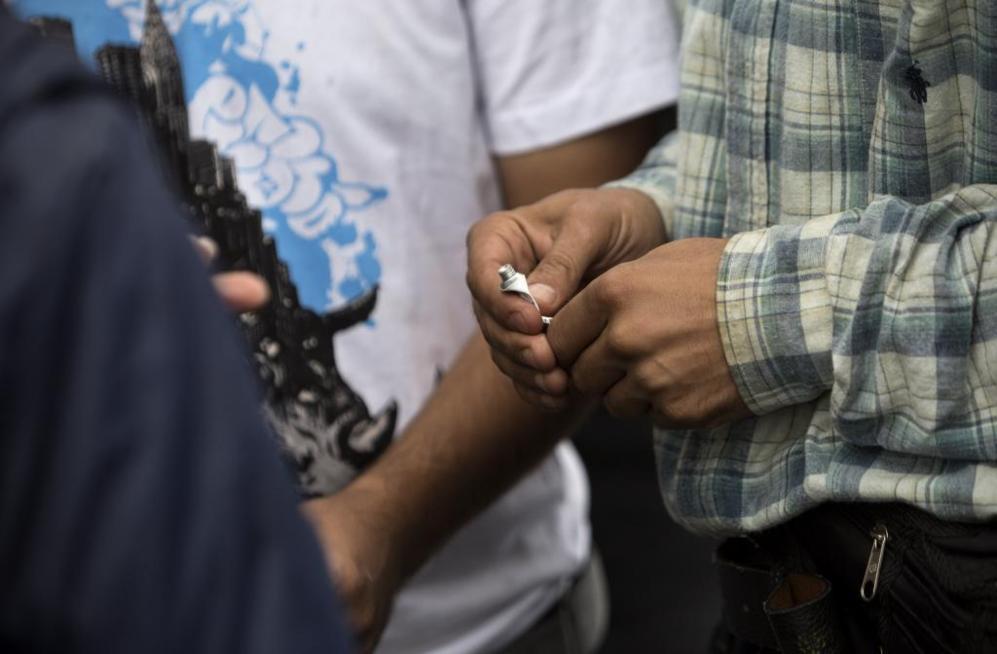 Un hombre se pone pegamento sobre los dedos para evitar ser...