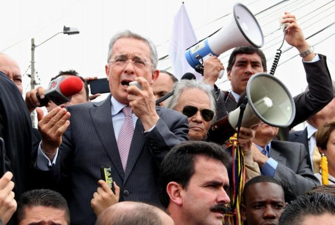 El ex presidente de Colombia, frente al Consulado de Venezuela en...