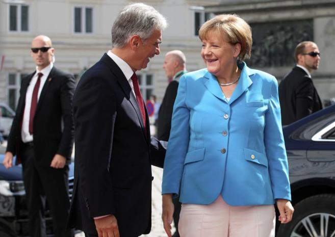 La canciller alemana, Angela Merkel, es recibida en Viena por su...
